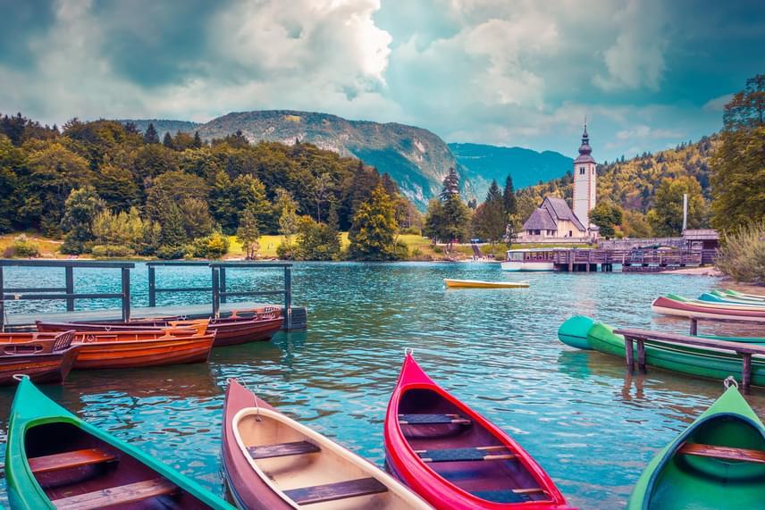 A Júliai-Alpok legvarázslatosabb helye, a kristálytiszta vizű Bohinji-tó Szlovénia legmélyebb természetes tava. A magával ragadó gyönyörű táj a világ minden részéről csábítja a turistákat.