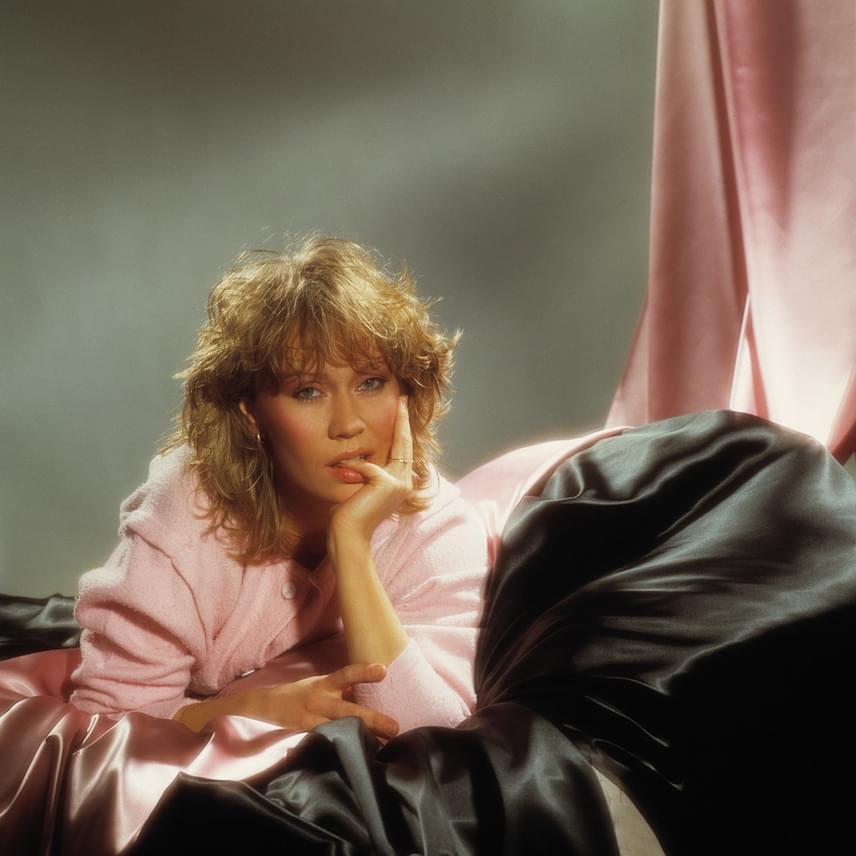Agnetha Fältskog, az ABBA szőke bombázója egy szál köntösben pózol az ágyban a fotográfusnak. Gered Mankowitz nagyon élvezte a közös munkát, azt nyilatkozta, hogy Agnetha nagyon vonzó, szexi és fotogén volt, akivel öröm volt együtt dolgozni.