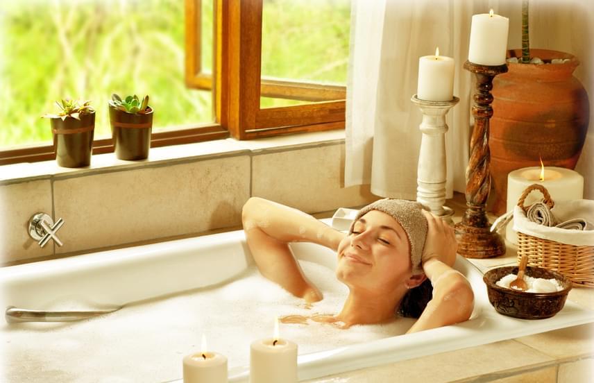 A sós fürdő kiválóan alkalmas a pórusok megtisztítására és a bőr ásványi anyagokkal való feltöltésére. Tegyél a fürdővízbe 200-250 gramm sót, lazíts a vízben 15-30 percen keresztül, majd öblítsd le a bőrödet tiszta vízzel, törölközz meg, és használj testápolót. A kezelés tökéletes a benőtt szőrtüszők, a pattanásos hát és a bőrgyulladás kezelésére, megelőzésére. Nézz meg még több szuper fürdősóreceptet!