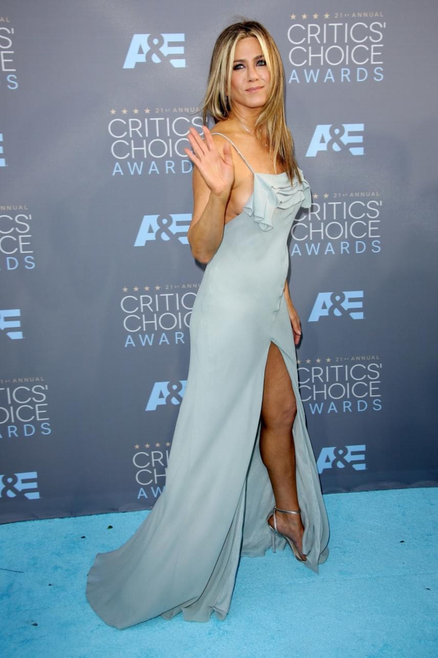 Jennifer Anistoné lett az ezüstérem, aki a Jóbarátok sorozat óta divatdiktátornak számít: híres frizuráját is évtizedekig kérték a fodrászszékben ülők. A People's Choice Awardson különösen kitett magáért: halványkék ruhájában meseszép volt.
