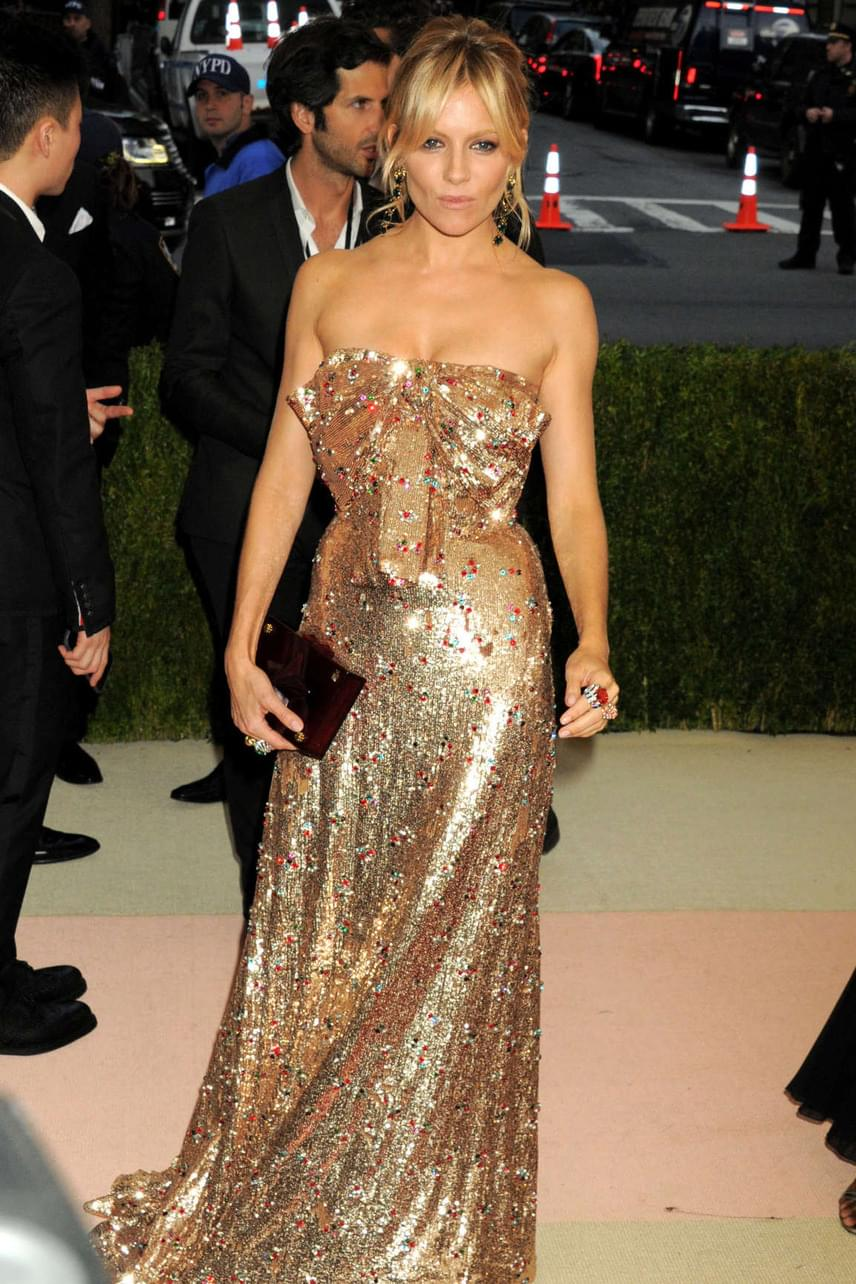 A harmadik helyet elcsípő Sienna Miller egyedi stílusát mindenki imádja: akár strandra megy, akár edzeni, akár egy puccos díjátadóra, a színésznő mindig gyönyörű.