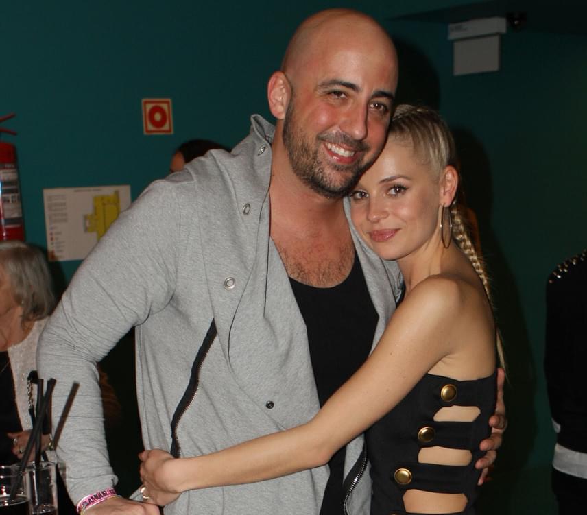 A 28 éves Iszak Eszti és a 40 éves Dobrády Ákos az idei Glamour-gálán még szerelmesen ölelte egymást. 2012 őszén jöttek össze, 2014 februárjában eljegyezték egymást, de az esküvőre már nem kerül sor, pár hete szakítottak.
