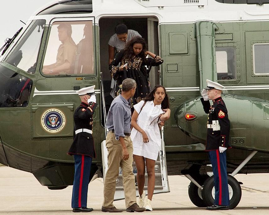 Barack Obamának több sem kellett: külföldi források szerint éktelen haragra gerjedt, és a marihuánás videó után összepakolta a családját, majd visszarepült Washingtonba - egy héttel a vakáció tervezett vége előtt.