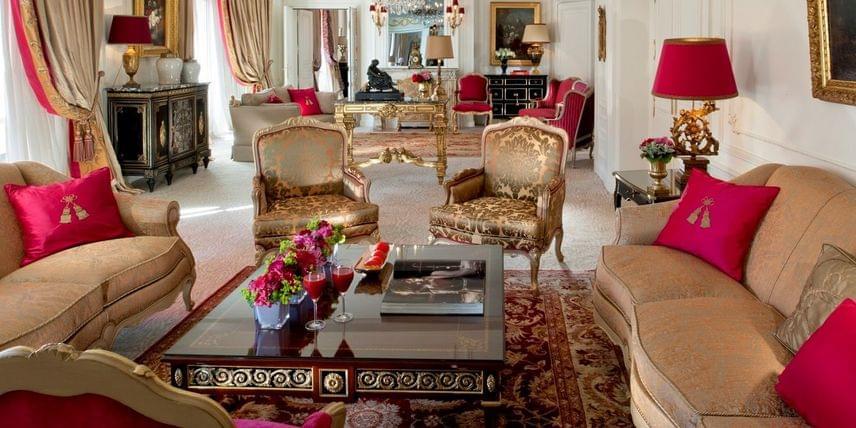 Plaza Athénée - királyi lakosztály, Párizs                         Párizs legjobb 5 csilllagos szállodájában található a 450 négyzetméteres királyi lakosztály, amelynek az ára éjszakánként többe kerül, mint 6 millió forint. A szobákból mesés a kilátás a fények városára, természetesen az Eiffel-torony is látható onnan. A lakosztályban négy háló, négy fürdőszoba, egy fényűző nappali is várja a gazdag családokat.
