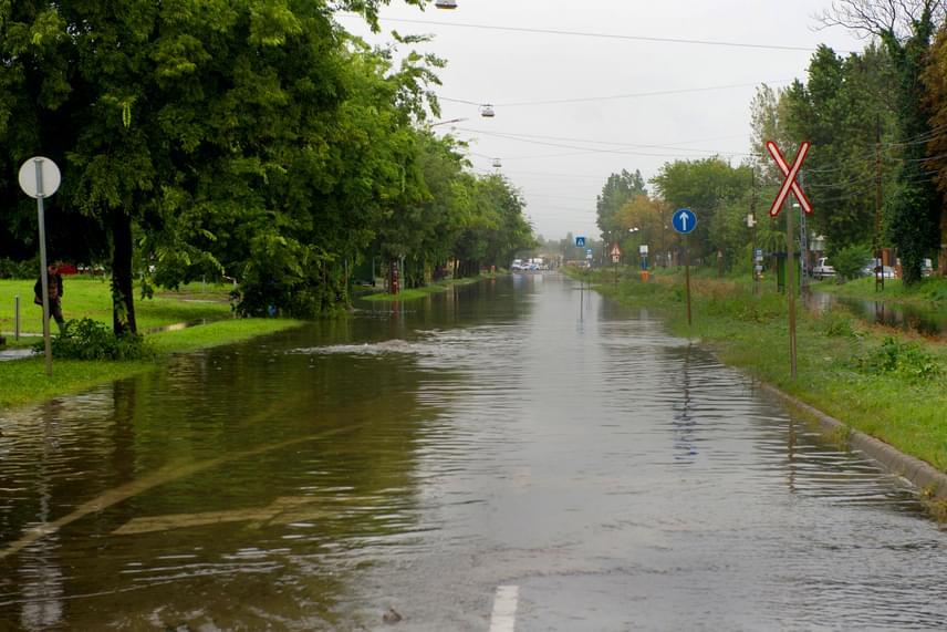 Ezt az utat kellett ma lezárni, mert az aszfalton hömpölygött az esővíz, megnehezítve és veszélyessé téve a közlekedést.