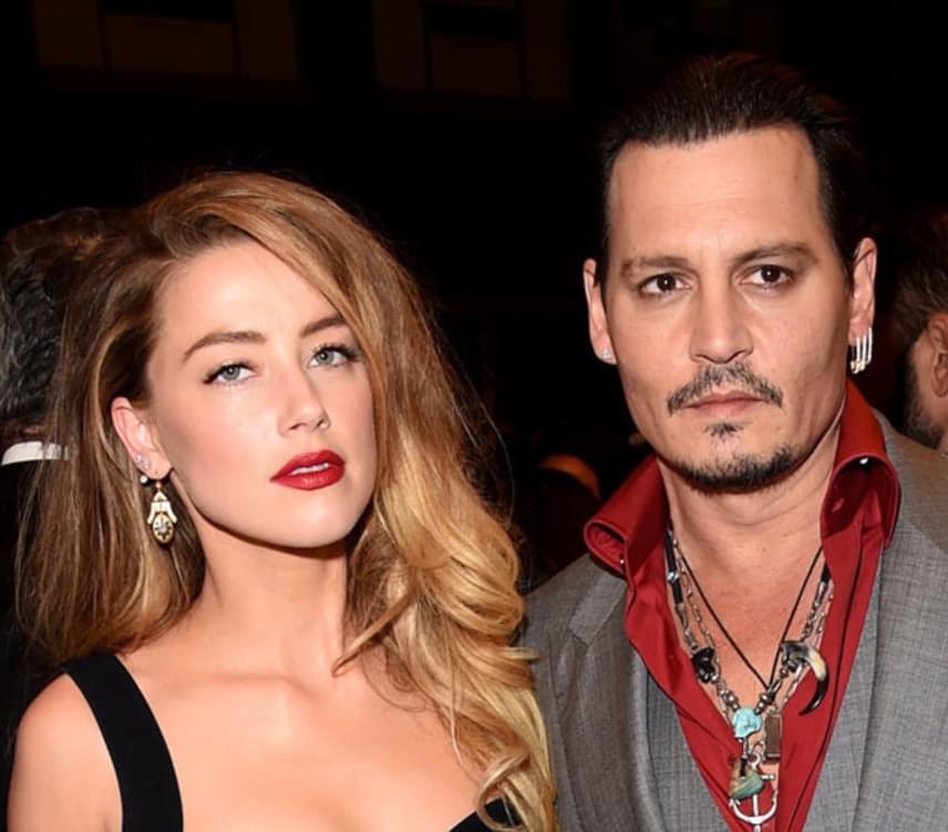 Johnny Depp 2012-ben kezdet el randizni Amber Hearddel, akit három évvel később vezetett az oltár elé. Heard idén májusban adta be a válókeresetet, azzal vádolva Johnny Deppet, hogy részegen bántalmazta őt - verbálisan és fizikailag egyaránt. A válásukat augusztus 16-án véglegesített a bíróság, Amber Heard pedig 7 millió dollárt kapott érte, amit jótékonysági célokra fordított.