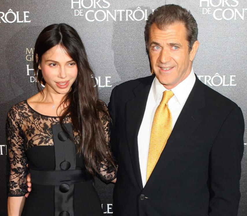 Mel Gibson és Oksana Grigorieva 2009-ben mutatkoztak először együtt a vörös szőnyegen, egy évvel később pedig már külön utakon folytatták. Elválásuk korántsem volt zökkenőmentes: közös gyermekük felügyeleti jogáért pereskedtek, távoltartási végzést kértek egymás ellen, végül az orosz hölgy családon belüli erőszakkal is megvádolta az Oscar-díjas színészt, a botrányt pedig néhány igazán kellemetlen hangpostaüzenet kiszivárgása tetézte.