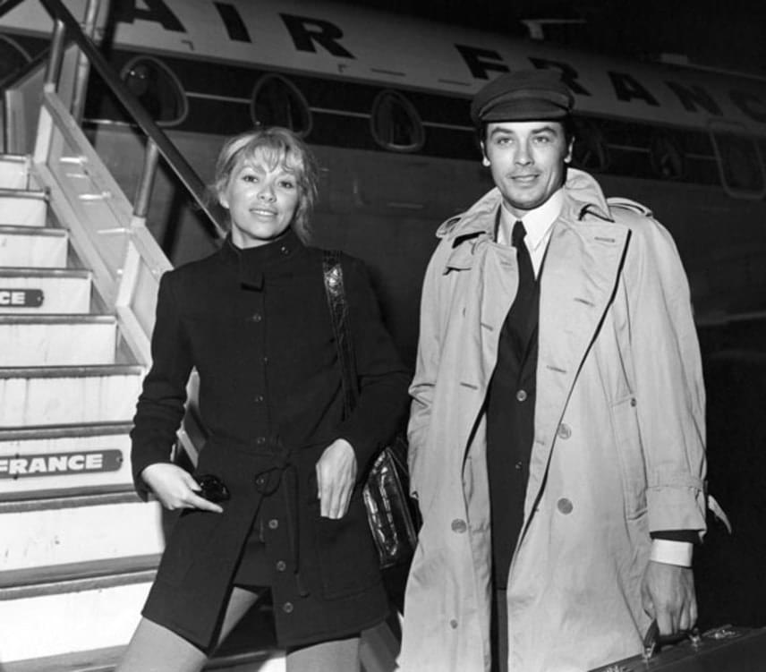 Alain Delon még egy házban élt előző feleségével, amikor 1968-ban a Jeff című film forgatásán belehabarodott Mireille Darc francia színésznőbe. Kapcsolatuk 15 év után 1982-ben ért véget, ez idő alatt Delon nem vezette oltár elé kedvesét.