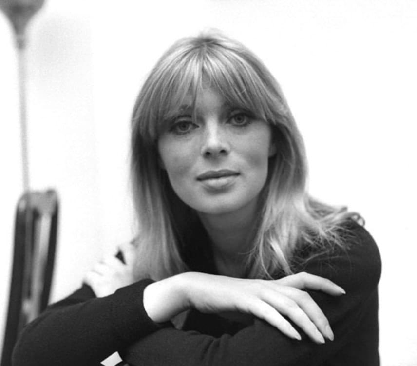 Ebben oroszlánrésze volt Alain Delon hűtlenségének, a sármos színész ugyanis megcsalta Romyt egy másik szőkeséggel, akit Nicónak hívtak. A német énekesnő és modell ráadásul egy gyermeket is szült Alain Delonnak 1962-ben, Christian Aaront azonban Delon szülei nevelték fel.