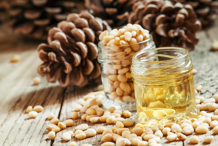 50 milliliter olívaolajhoz adj hét csepp cédrusolajat, melyek így nagyszerű, a fejbőrt nyugtató, korpaölő pakolásként működnek. Hajmosás előtt kend be ezzel a keverékkel a hajtöveidet, hagyd zuhanysapka alatt 40-60 percig hatni, majd moss hajat a megszokott módon.