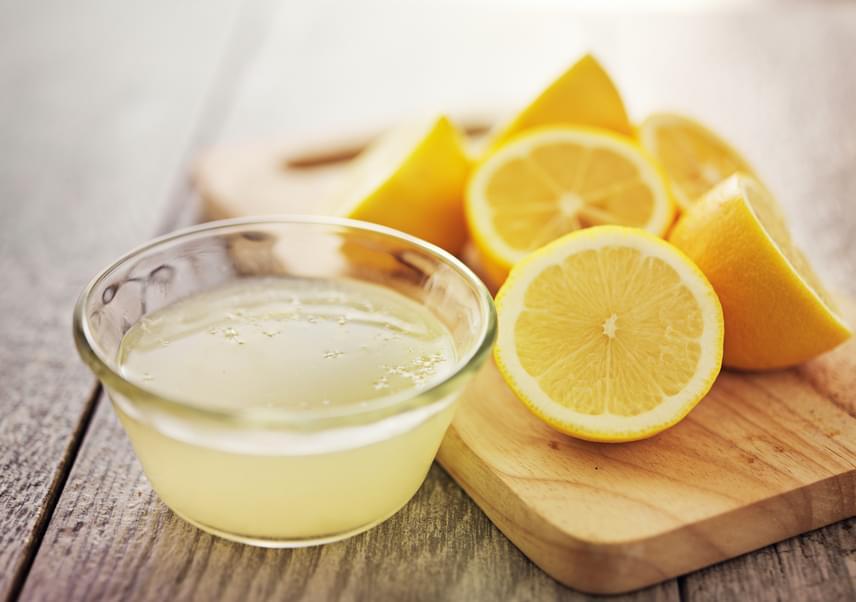 A citromlé nemcsak baktériumölő hatású, de a lehámlott darabkák feloldásában is sokat segít. Használatához facsard ki egy friss citrom levét, nedvesítsd meg kissé a fejbőröd és a hajadat, majd oszlasd el a fejbőrödön egyenletesen a levet. Masszírozd egy kis ideig a fejbőrbe, majd hagyd hatni nagyjából 15-20 percig, aminek során kevés viszketést is tapasztalhatsz, majd mosd meg a hajadat a szokásos módon.