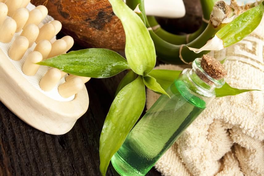 A teafaolaj egy rendkívül erőteljes, természetes fertőtlenítőszer, amelynek nagyszerű az illata. Válassz a patikában legalább 5% teafaolajat tartalmazó sampont, vagy cseppents egy diónyi samponhoz egy csepp illóolajat, és ezzel mosd a hajadat. Hagyd a fejbőrödön, és masszírozd legalább öt percig, majd mosd ki alaposan! A teafaolajat ezekre a problémákra is hatékonyan alkalmazhatod!