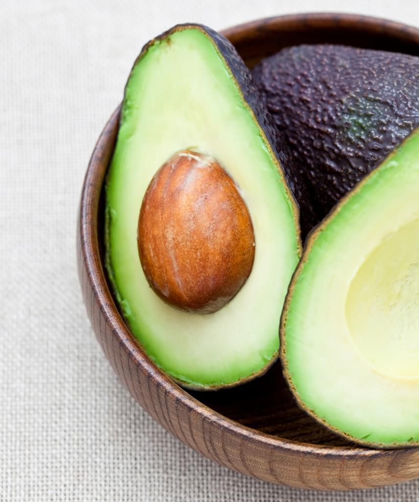 Az avokádó szintén a bőröd kedvence lesz: a belőle készült arcpakolás tisztítja és rugalmassá teszi azt. Húsa nagyon magas vitamintartalommal bír, ezt villával összetörve, zabpehellyel vagy élesztővel kombinálva viheted fel az arcfelületre. Itt találsz egy nagyon jó receptet hozzá.