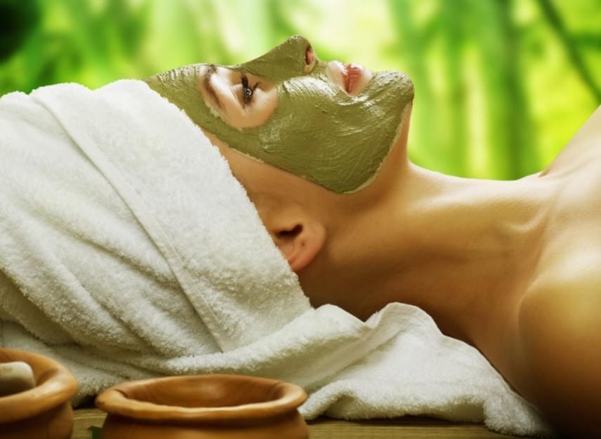 A zöld teás arcmaszk nemcsak frissíti bőrödet, de antioxidáns-tartalmának köszönhetően fiatalítja is. Ehhez csupán egy evőkanál tápláló matcha zöldtea-porra és egy teáskanál kókuszolajra van szükség. A részleteket és az elkészítési útmutatótide kattintva érheted el.