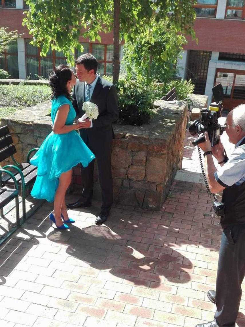 Knapek Edina egy héttel a riói olimpia előtt mondta ki az igent a Madeirán született Marcónak. A 38 éves tőrvívó türkizkék ruhát viselt a ceremónián.