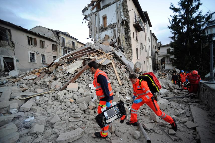A polgári védelem és az erdészet helyi emberei már megkezdték a mentést, a földrengés által érintett tartományok - Lazio, Marche, Abruzzo - tűzoltósági járművei és mentőegységei is elindultak a romba dőlt városok és települések felé, amelyek közül több egyébként is nehezen megközelíthető a meredek és szűk hegyi utak miatt. A vöröskereszt információi szerint egy híd is összeomlott.