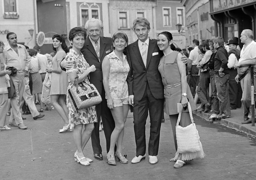 Az öt testvér közül már csupán Békés Itala él. Elsőszülött bátyja, Putyi kétéves korában meghalt, amikor a kisfiú megitta a lúgkövet, amelyet a mosónő a konyhában felejtett. Öcsit nyolc hónaposan tüdőgyulladás vitte el, az ő ikertestvére volt Rita, aki 1978-ban hunyt el. 1927-ben ismét ikrek születtek a családban, Itala és András.A fotón Békés András, Békés Itala, Békés Rita és édesapjuk, Békés István is látható.