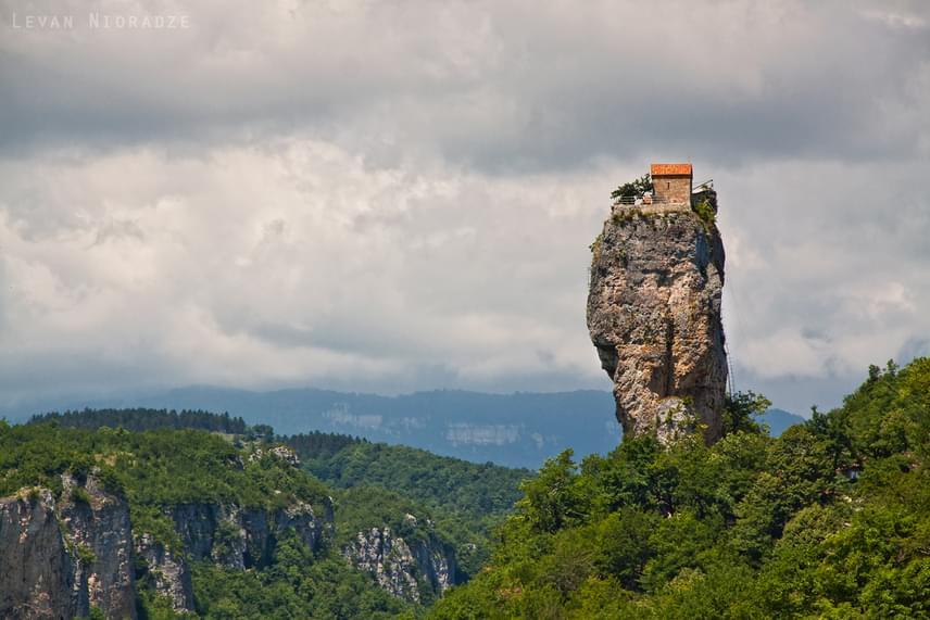 A Katschki-szikla legtetején már a 7. századtól kezdve állt egy aprócska templom a keresztény remeték számára, de később, az oszmán hódoltság idejétől kezdődően hagyományos életmódjuk már nem volt jellemző. 23 évvel ezelőtt azonban újra lakóra lelt a szikla.