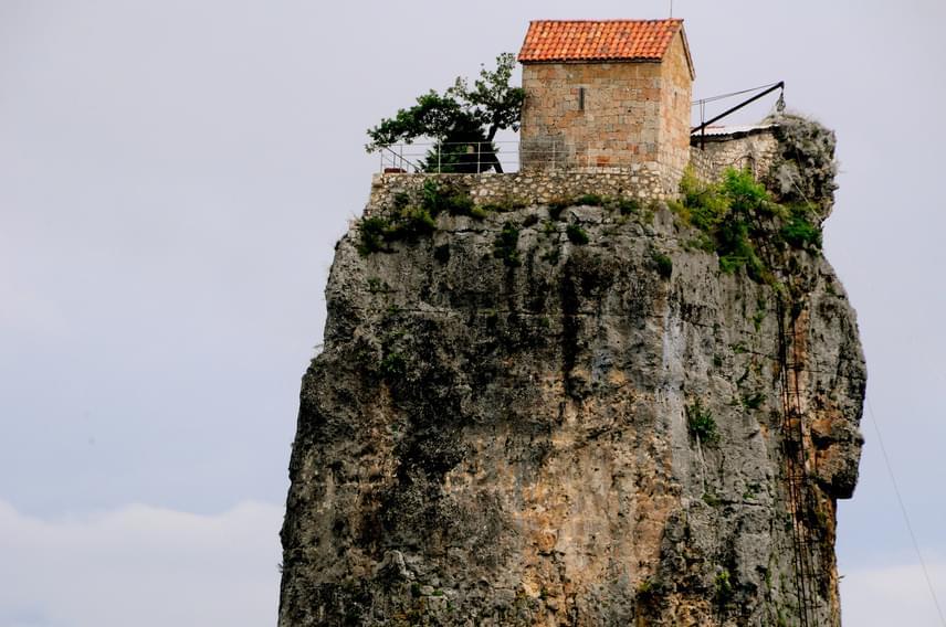 A férfi ugyan a szikla melletti meredek létrán néha lemászik a többi szerzeteshez, ő maga nem szívesen fogad vendégeket, aki mégis engedélyt kap a látogatásra, annak előzetesen nagyon szigorú feltételeket kell teljesíteni. És hogy miért kell a magasság?
