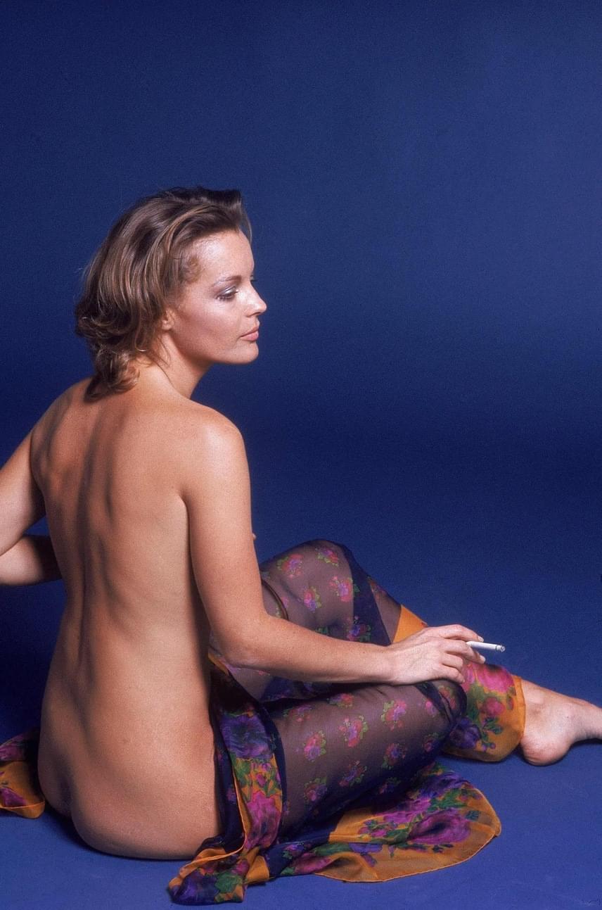 Romy Schneider minden ruhájától megszabadult a fotózás kedvéért, csak egy tarka kendővel takarta el bájait.
