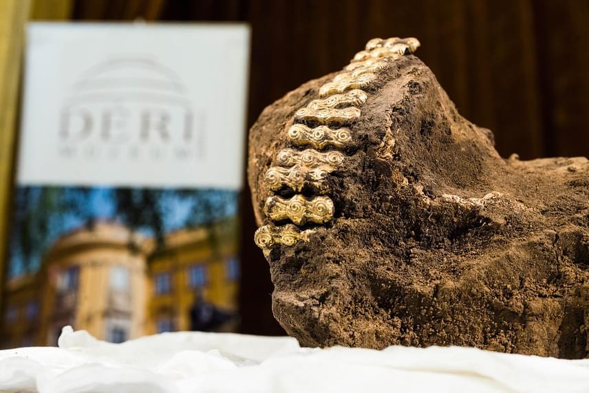 Dani János, a Déri Múzeum régészeti igazgatóhelyettese elmondta, hogy a koponyán hétfőn a debreceni Kenézy Kórházban 3D-s röntgenvizsgálatot végeztek. A szakemberek a fogazat alapján állapították meg, hogy a koponya egy 10-12 éves gyermeké lehetett.