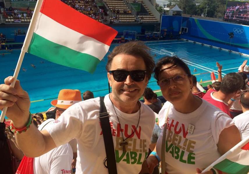 A csikidámkirály évek óta nem mutatkozott együtt feleségével, Zsuzsával, most azonban úgy döntött, ezt a közös, az olimpián készült fotót megosztja a nagy nyilvánossággal. Szikora Robi és Zsuzsa Rióban teniszversenyt és úszást is néztek, illetve arra is volt idejük, hogy Copacabanára is elutazzanak.