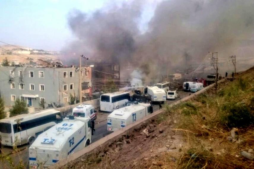 Több szemtanú is fotókat készített a helyszínről, a híradásból pedig kiderült, hogy a rendőrség épülete szinte teljesen megsemmisült. Az egészségügyi minisztérium 12 mentőautóval és két helikopterrel segítette a mentést.