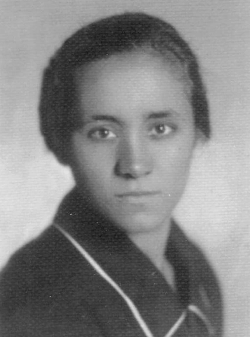 Teréz anya Agnes Gonxha Bojaxhiu néven született a mai macedón főváros, Szkopje területén. A mohamedán többség ellenére katolikus vallású családban élt, anyja egyházközösségükben tevékeny szerepet töltött be, gyermekeit is ebben a szellemben nevelte. Apja korai elvesztését mély hite segített elviselni.