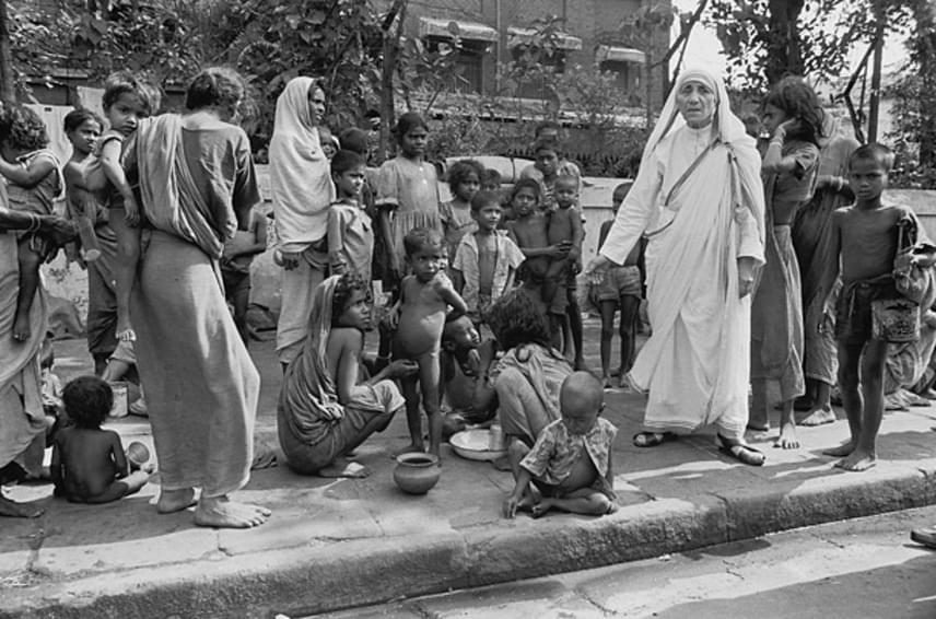A rend elsőként egy elhagyott hindu templomot alakított át a szegények menedékévé, majd világszerte sorra nyíltak meg az otthonok a magatehetetlen és beteg emberek számára. Teréz anya számos elismerést kapott, az ezzel járó anyagi juttatást pedig a szegényeknek ajánlotta fel. 1997-ben halt meg, öt évvel később II. János Pál pápa boldoggá avatta, Ferenc pápa pedig idén bejelentette, hogy szeptember 5-én szentté avatják.