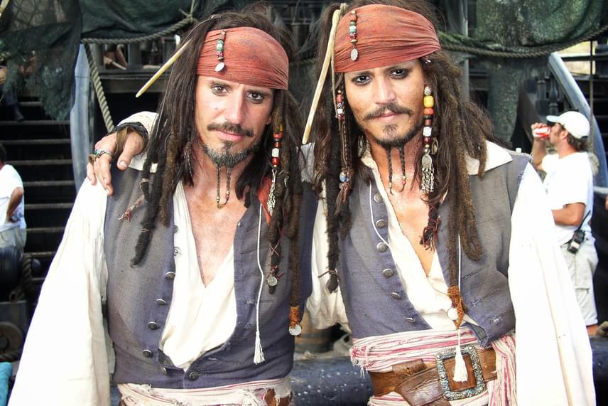 Johnny Deppről és kaszkadőréről, Tony Angelottiról A Karib-tenger kalózai című film forgatásán készült ez a fotó. Persze a smink sokat számít, de egyébként is hasonlítanak egymásra.