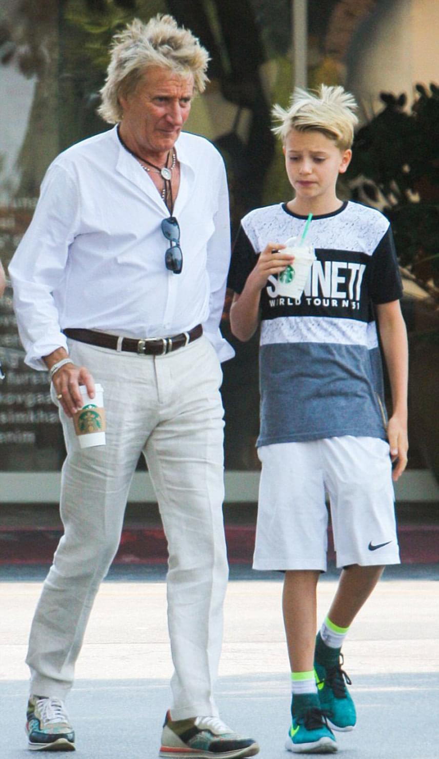A 72 éves Rod Stewart 11 éves fiával, Alastairrel ment kávézni Beverly Hills-ben, akkor kapták őket lencsevégre a lesifotósok. A kamaszfiú jó érzékkel másolta le édesapja különleges frizuráját, ami rekedt hangja mellett a másik védjegyévé vált.