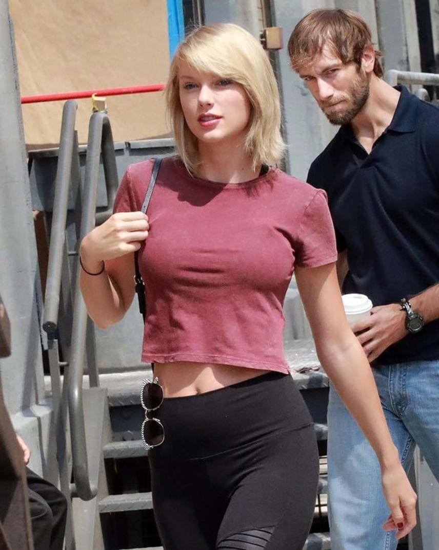 """Taylor Swift az edzőterembe tartva augusztus végén. A feszes felsője tényleg szemet szúrhat mindenkinek, de arról se feledkezzünk meg, hogy egy push-up melltartó is csodákra képes. """"Mikor lettek Taylor Swift mellei ilyen nagyok?"""", kérdezték a rajongók Twitteren."""