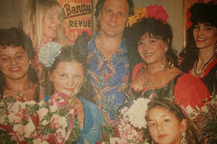 Bangó Margit és családja: a fotón többek között húga, Irénke, és unokája, Tina is helyet kapott - kék ruhában. Az énekesnő 31 évesen lett nagymama, lánya, Marika 14 évesen ajándékozta őt meg unokával.