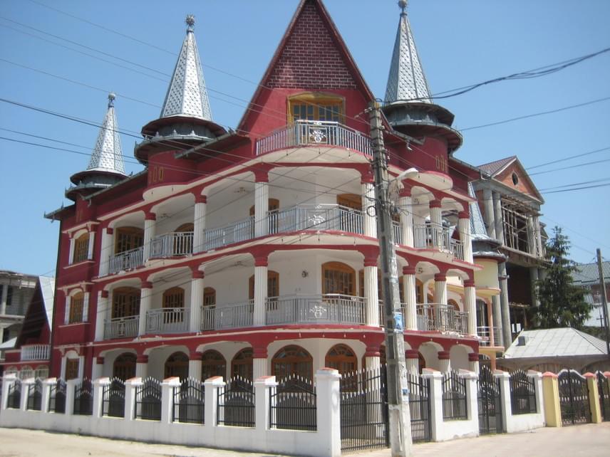 A romániai Alexandriában épült ez az egekbe törő csúcsos tetejű ház. Nemcsak a formái jellegzetesek, hanem a színei is igazán feltűnőek.