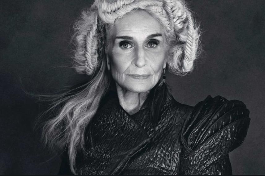A divatszakma nem véletlenül rajong a 88 éves modellért, aki nemcsak hihetetlen profizmussal kezeli a fotózásokat, de kisugárzásával rengeteget hozzá is tesz a képekhez.