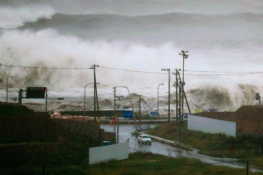 Hatalmas hullámok tornyosultak tegnap délután egy hullámtörő mögött a Japán északkeleti részén lévő Mijagi prefektúrabeli Isinomaki tengerpartján.