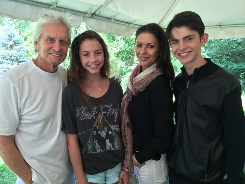 Michael Douglas néhány hete posztolta ezt a kedves családi képet a Facebook-oldalán. Carys és Dylan táborban voltak, híres szüleik pedig már nem bírták nélkülük, ezért meglátogatták őket: ekkor készült a fotó.