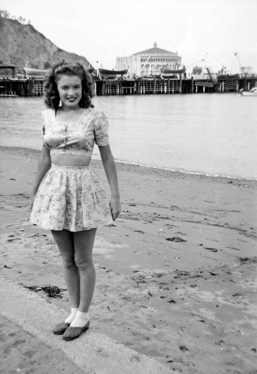"""Marilyn Monroe nem sokkal a 16. születésnapja után azért ment feleségül James """"Jim"""" Dougherty 21 éves gyári munkáshoz, hogy ne kerüljön vissza a nevelőotthonba. Házasságuk korántsem volt harmonikus, alig beszéltek egymással. """"Belehaltam az unalomba"""" - mondta később Marilyn erről az időszakról."""