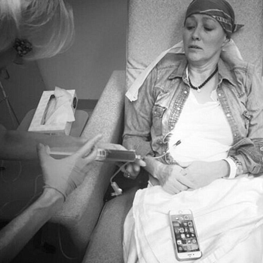 Shannen csak vörös ördögnek nevezi a beléfecskendezett anyagot. A kemoterápia minden mozzanatát megörökíti, hogy ebből meríthessenek erőt a betegséggel küzdő sorstársai.