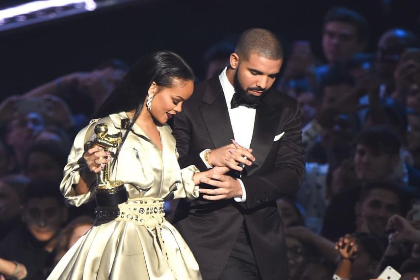 - 22 éves korom óta szerelmes vagyok belé. A valaha volt egyik legjobb barátom, felnézek rá, amióta csak ismerem. Ő egy igazi élő, lélegző zenei legenda - mondta Drake a díjátadón Rihannáról. Majdnem egy csók is elcsattant, azonban Drake végül szégyenlősségében inkább csak megölelte partnerét.