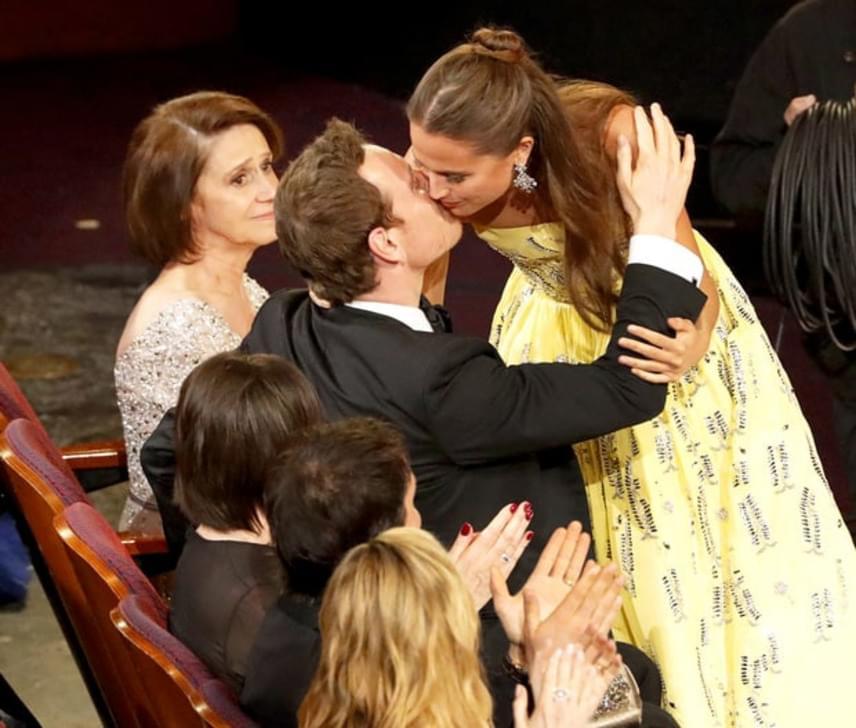 Amikor Alicia Vikander megkapta élete első Oscar-díját, nem bírta ki, hogy ne rohanjon oda szerelméhez, Michael Fassbenderhez. Innen tudta meg a világ, hogy igazak a pletykák, és valóban egy párt alkotnak.