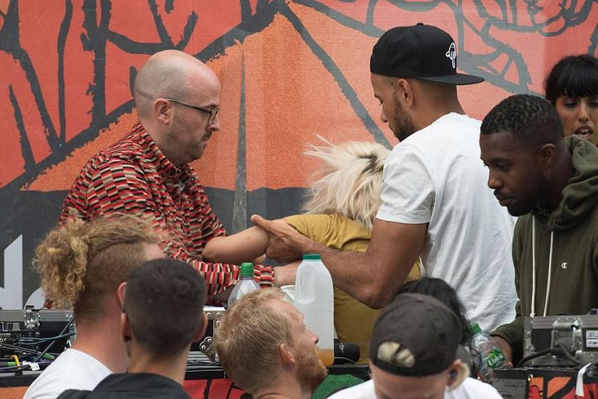 Jelenlegi barátja, DJ Meridian Dan és exe, Seb Chew próbálták meg elvinni a kocsiig az énekesnőt, aki néhány órával a buli kezdete után már járni sem tudott.