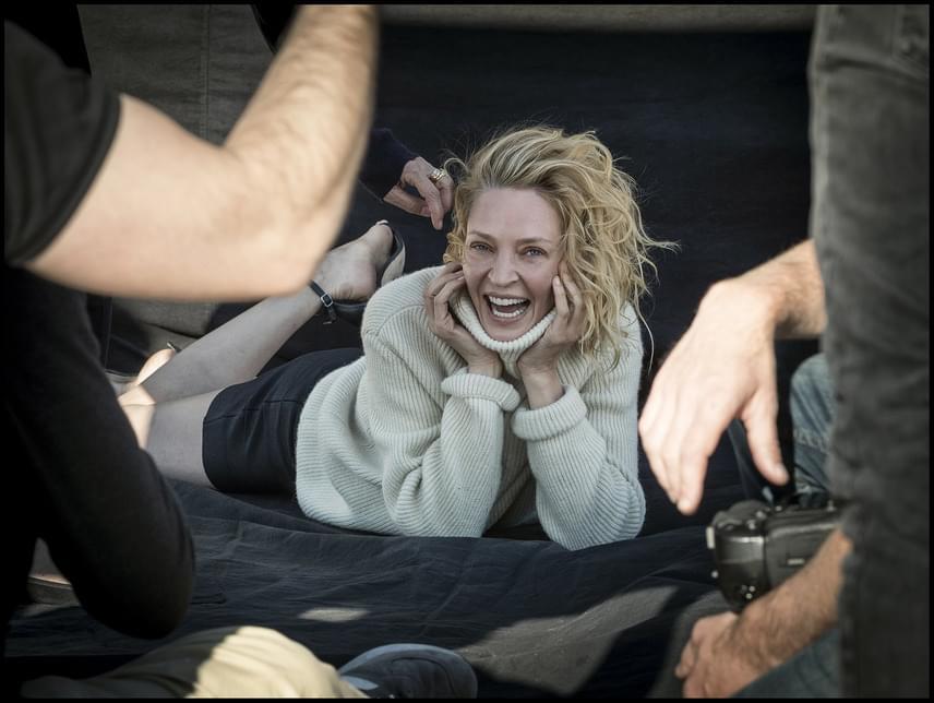 Uma Thurmant nem zavarja a kora: 46 évesen is boldogan mosolyog a kamerába, még smink sem került az arcára. Kócos, életteli és gyönyörű.