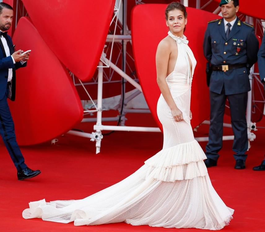 A 22 éves szépség a hátát szabadon hagyó, káprázatos ruhakölteményben feltűnő jelenség volt a velencei filmfesztivál tegnap esti nyitóeseményén.