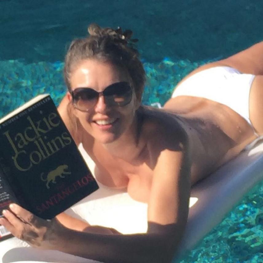 Liz Hurley gyakran még a bikinifelsőjétől is megszabadul, azonban erről sem szégyell fotót megosztani a rajongókkal.