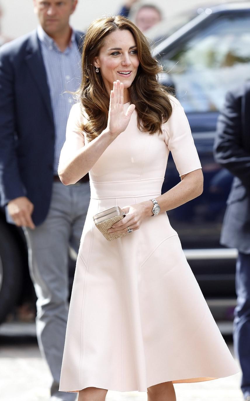Púderszínű ruháját Lela Rose tervezte, aki a hercegné egyik személyes kedvence: többször választott már ruhát az ő kollekciójából.