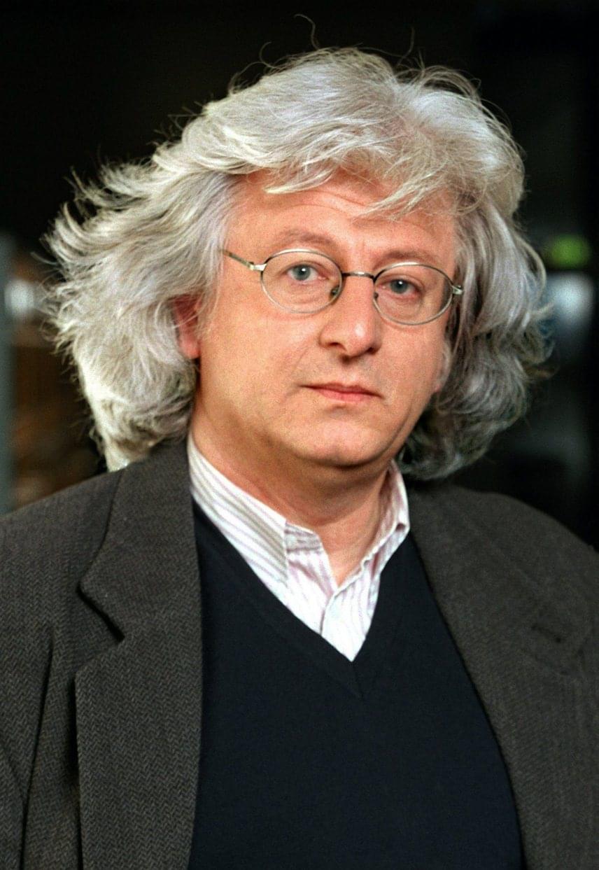 Esterházy Péter, a 20. század második felének legismertebb prózaírója 2016. július 14-én halt meg 66 éves korában. Halálát hasnyálmirigyrák okozta, utolsó könyvének címe Hasnyálmirigynapló volt. A posztmodern magyar próza úttörő alakja rengeteg felejthetetlen könyvet írt, a Kossuth-díjat 1996-ban kapta meg.