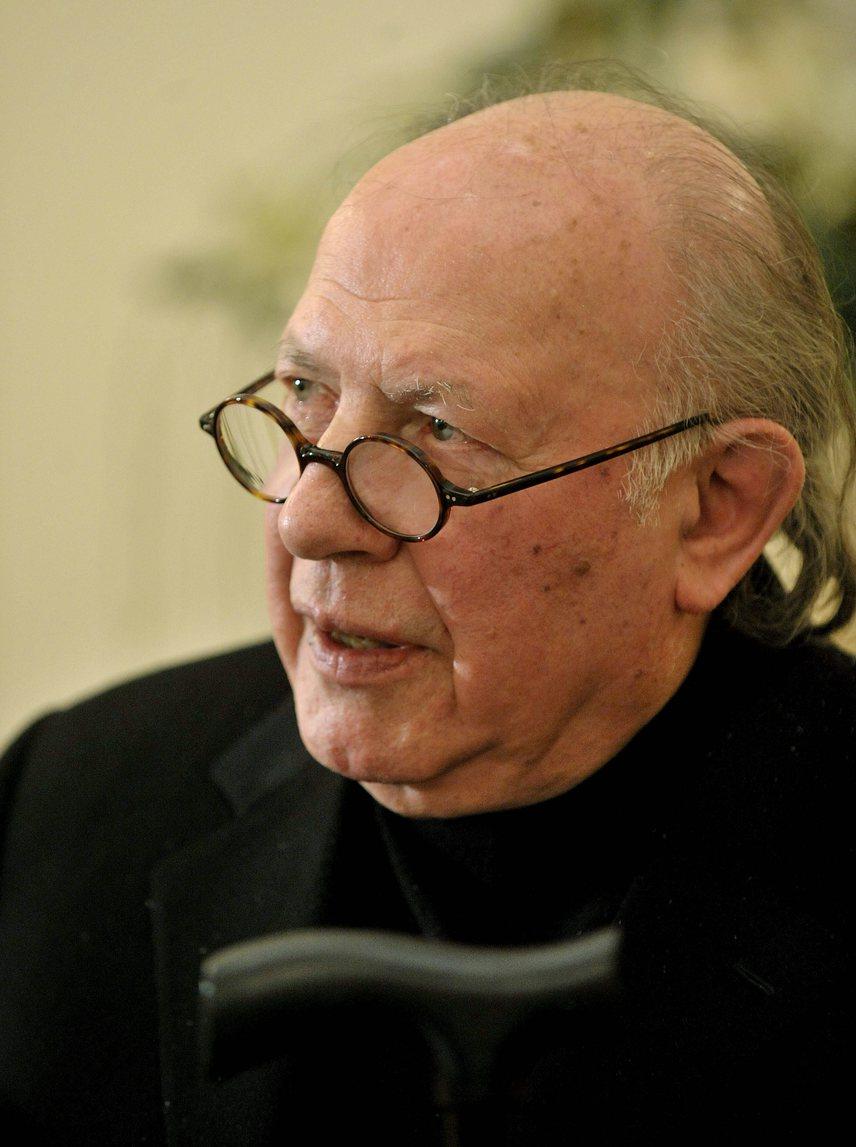 """Hazánk egyetlen Nobel-díjas írója, Kertész Imre 2016. március 31-én halt meg 86 éves korában. A Sorstalanság írója évek óta Parkinson-kórban szenvedett. A világ legrangosabb irodalmi kitüntetését 2002-ben vette át Stockholmban, a döntést így indokolták: """"egy írói munkásságért, amely az egyén sérülékeny tapasztalatának szószólója a történelem barbár önkényével szemben"""". A Kossuth-díjat 1997-ben kapta meg, 2014-ben pedig a Magyar Szent István-renddel tüntették ki."""