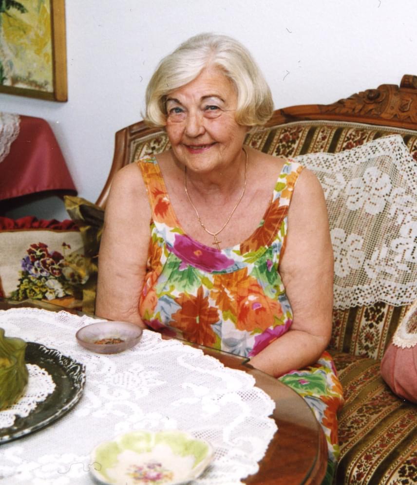 Lux Elvira, hazánk egyik legismertebb szexuálpszichológusa 2016. július 20-án hunyta le örökre szemét budapesti otthonában 87 éves korában. 1970-től tartott szexuális felvilágosítással kapcsolatos előadásokat, valamint pszichoszomatikát és szexuálpszichológiát tanított. Első könyvét, a Szexuálpszichológiát 1981-ben adták ki, amelynek átdolgozott, népszerű kiadása azóta többször is megjelent.