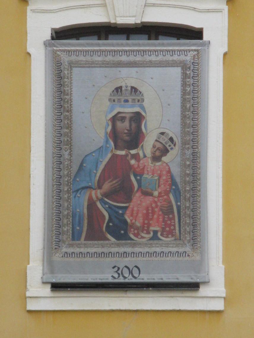 Akkoriban érkezett Czestochowából a csodatévő kép a településre. A képet Fekete Madonna-kegyképként emlegetik.